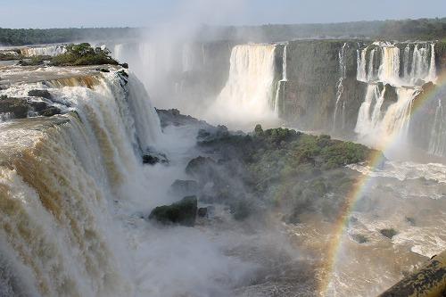 水しぶきにけぶるイグアスの滝