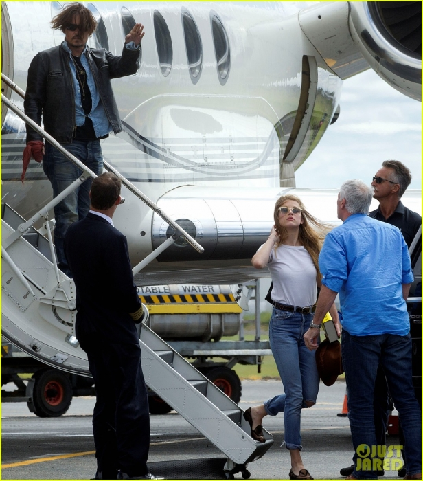 johnny-depp-amber-heard-hold-hands-for-australian-arrival-01.jpg