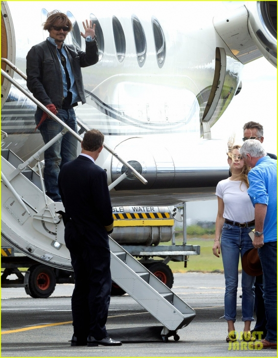johnny-depp-amber-heard-hold-hands-for-australian-arrival-07.jpg