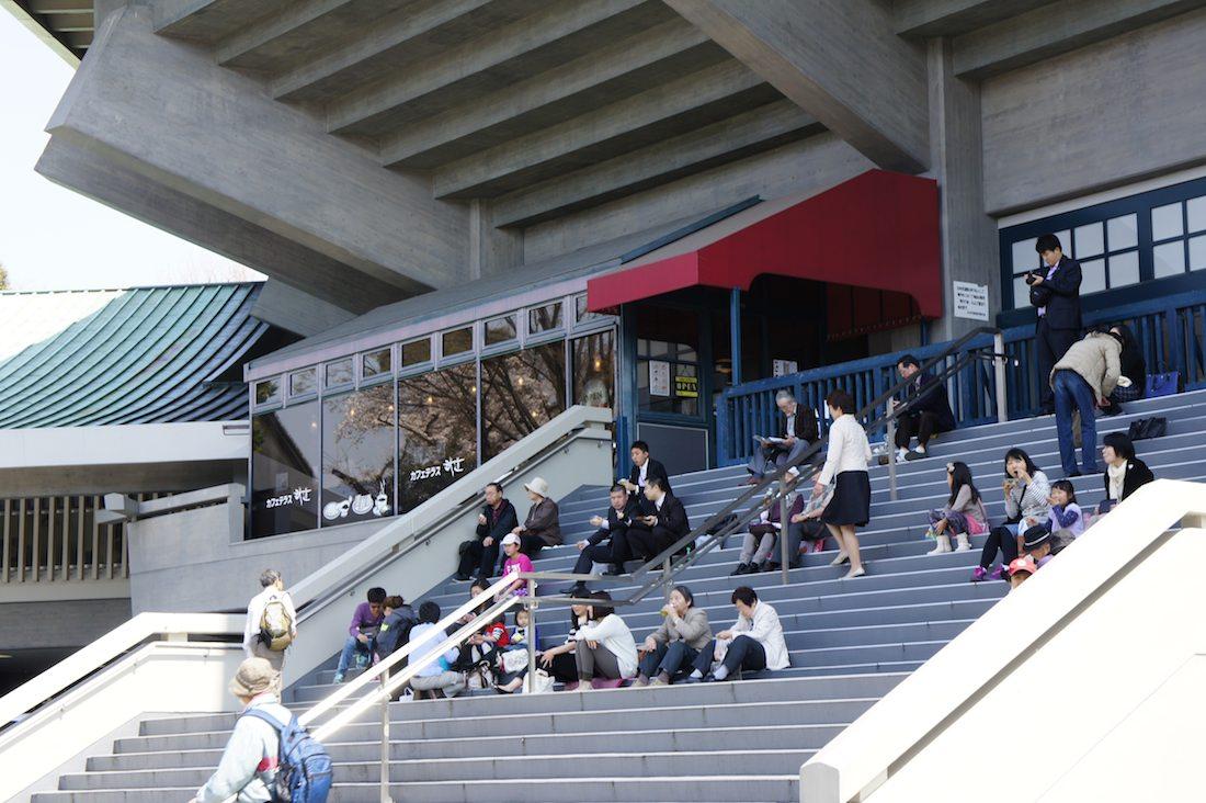 武道館の階段で一休み