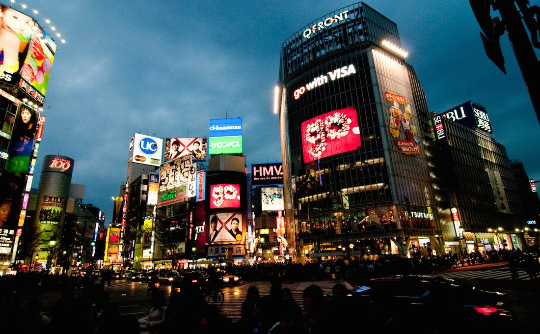テレビCMや新聞広告、看板広告といったマスマーケティング