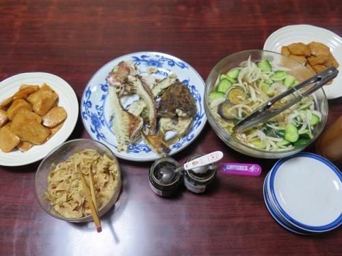 鯛とコチのアラの干物がある食卓