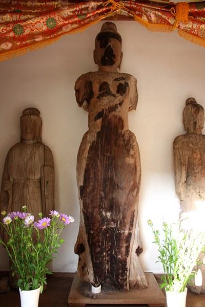焼損の跡が痛々しい聖観音立像