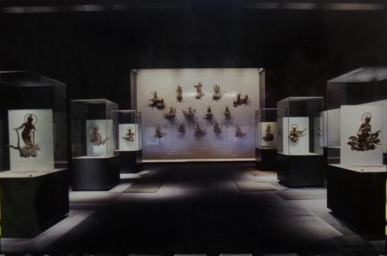 鳳翔館内の雲中供養菩薩像はこんな風に展示されています
