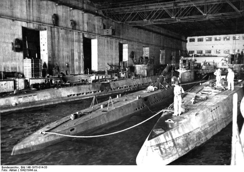 Bundesarchiv_Bild_146-1975-014-33,_U-Boote_im_U-Bootbunker