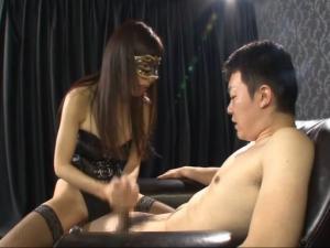 黒マスクをしたM性感嬢の超絶手コキテクニックで連続射精するM男 青山梨果