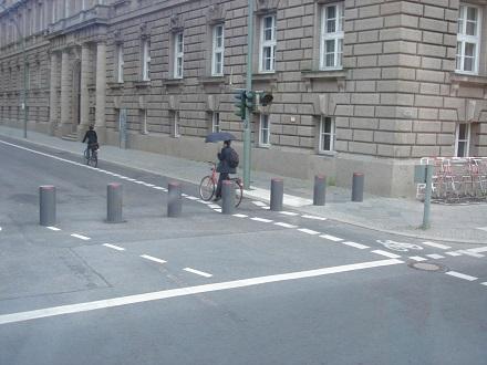 3東ドイツ、テロ防止のコンクリート杭