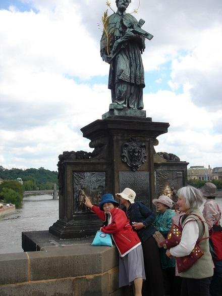 10プラハのカレル橋の聖人像の足をなでると幸せになるという
