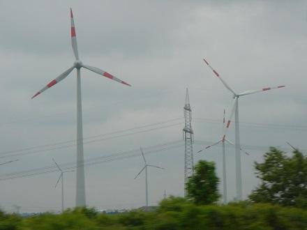 14 アウトバーンから風力発電が林立、ドイツは将来原子力発電の廃止を決定している