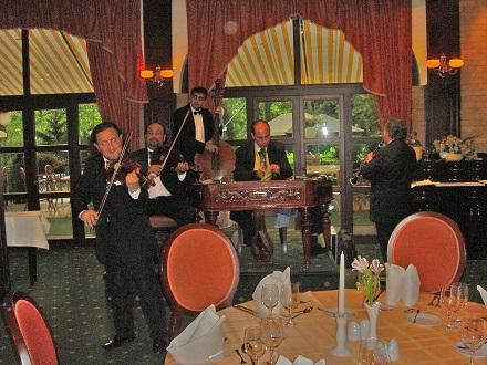 17 ブダペストダヌビウス グランドホテル マルギットシゲトの食堂での音楽隊