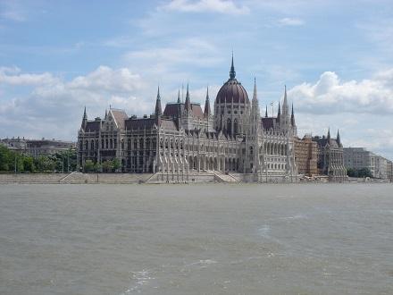 20 ドナウ河遊覧クルーズ、国会議事堂を望む