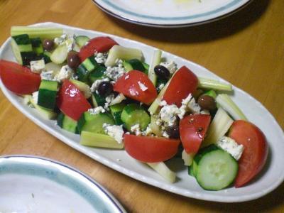 トマト・キュウリ・セロリ・ゴルゴンゾーラのサラダ