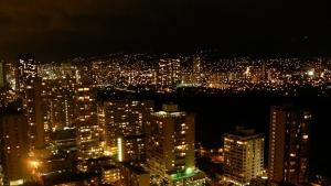 ワイキキ・バニヤンから見たマノア方面の夜景