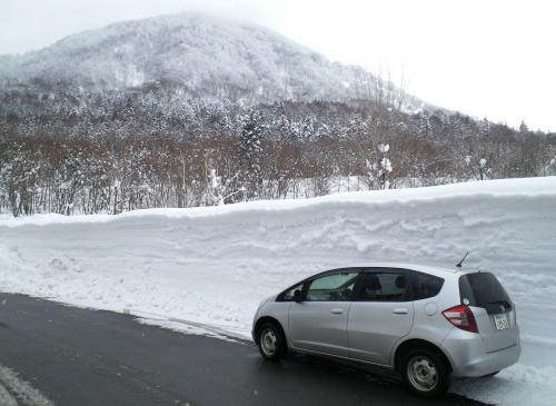 雪の壁と高社山(27.2.3)
