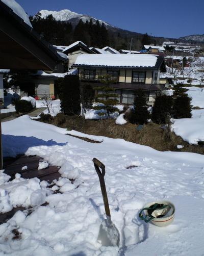 屋根の上から高社山(27.2.11)