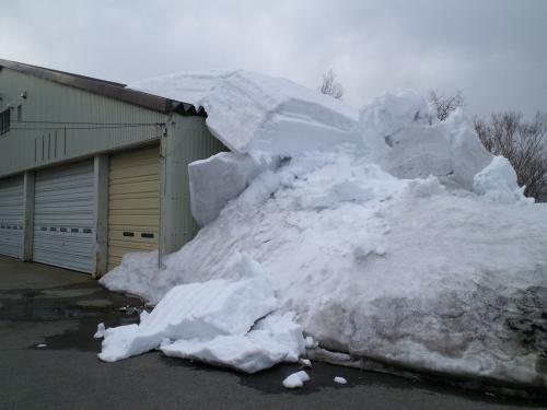 屋根の雪が・・・(27.3.22)