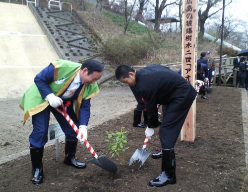町長と植樹(27.4.1)