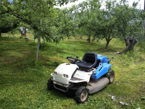 草刈り機とリンゴ畑(27.5.18)