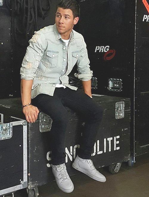 ニック・ジョナス(Nick Jonas):オフ-ホワイト CO ヴァージル アブロー(OFF-WHITE CO VIRGIL ABLOH)バレンシアガ(Balenciaga)