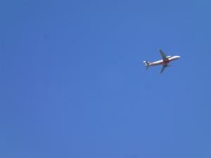 飛行機飛び立ちます
