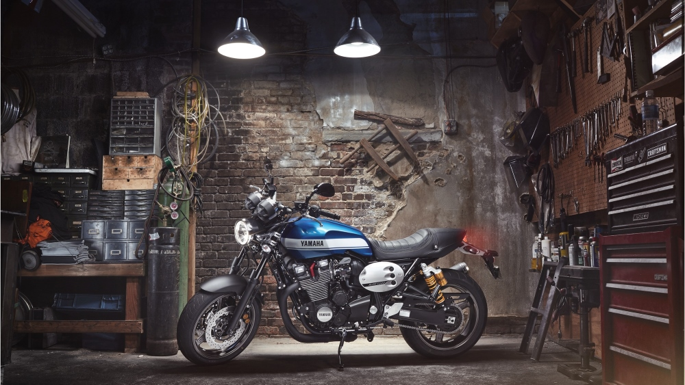2015-Yamaha-XJR1300-EU-Power-Blue-Static-001 (1000x563)