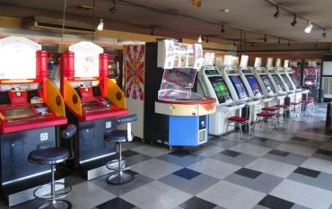 ドライブイン七輿(ななこし) ゲーセン レトロ自販機 オートレストラン ゲームセンター