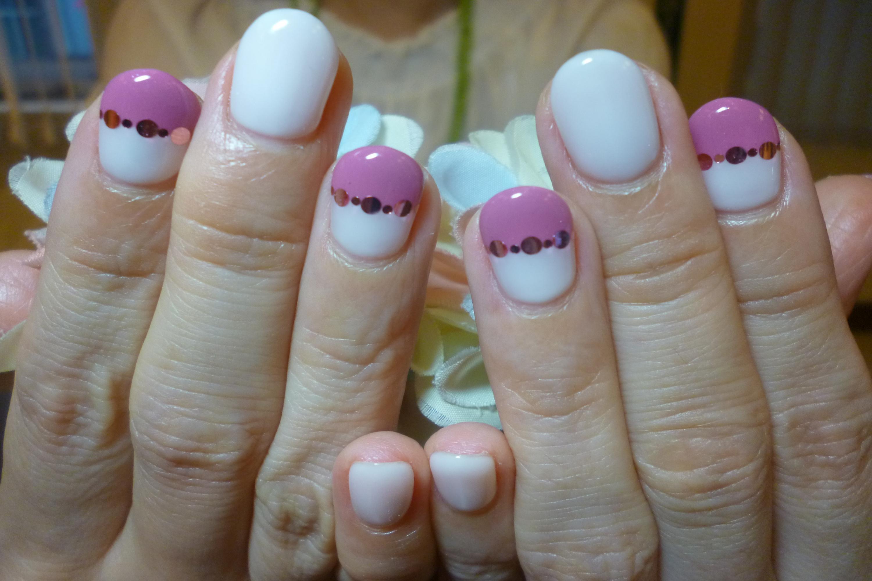 白×紫ピンクのバイカラーネイル