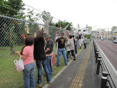 見かねて基地フェンスに貼られたテープを剥がす、本当の沖縄県民
