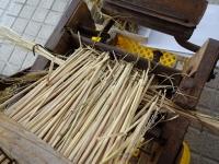 藁の根本は金属部分に当たるようにそろえる