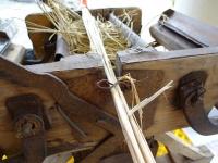 通した藁は針金で固定