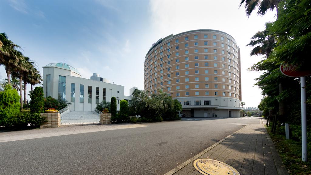 チャペル ルミエールと本館(東京ベイ舞浜ホテル)