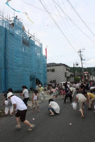 20100721_本浜地区「上棟式」の餅まき_IMG_1570