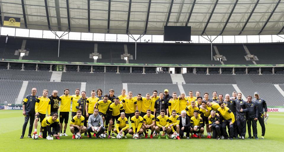 Last photo with everybody together players, staffs and Kloppo