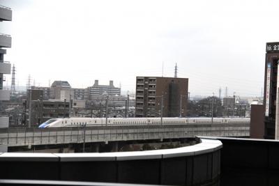 金沢ホテルから望む試運転中のW7系