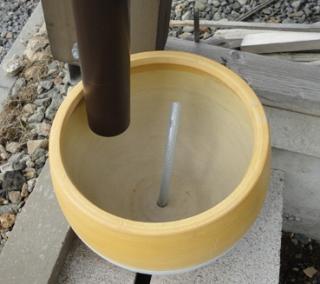 201504 新しい鉢を雨どい下にセット