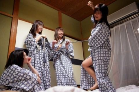 【エロ画像】【素人エ□】 ハイテンションの女どもが集まるとエ□いこと平気でやるんだなwwwwww【画像30枚】