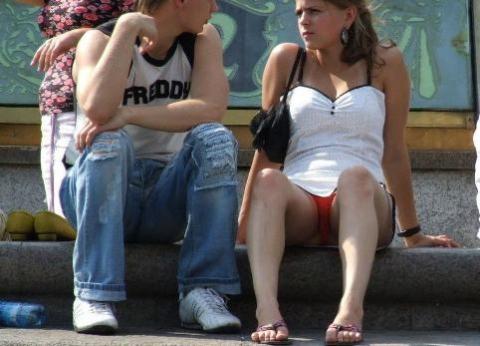 白人女性が皆赤いパンツ穿いてる海外のパ○チラエ□写真