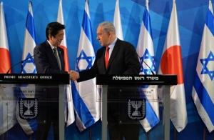 安倍首相は中東歴訪の中でイスラエルを訪問、1月19日にネタニヤフ・イスラエル首相と国旗の前で共同会見(写真:REX FEATURESアフロ)