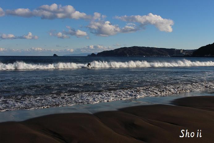 冬の宇佐美海岸とサーファー