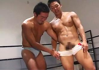 ゲイ動画:練習後にパンツ脱いだらビンビン雄マラ勃起 !!