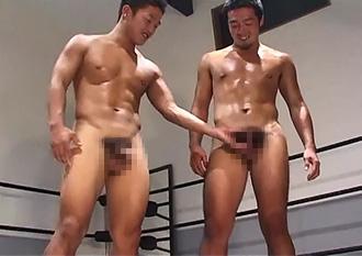 ゲイ動画:レスリング後パンツ脱いだらビンビン雄マラ勃起 !!