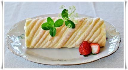 苺キュイエール生地のロールケーキ