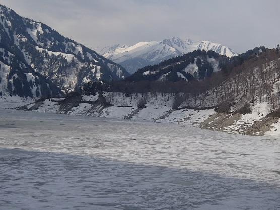 凍る黒部湖