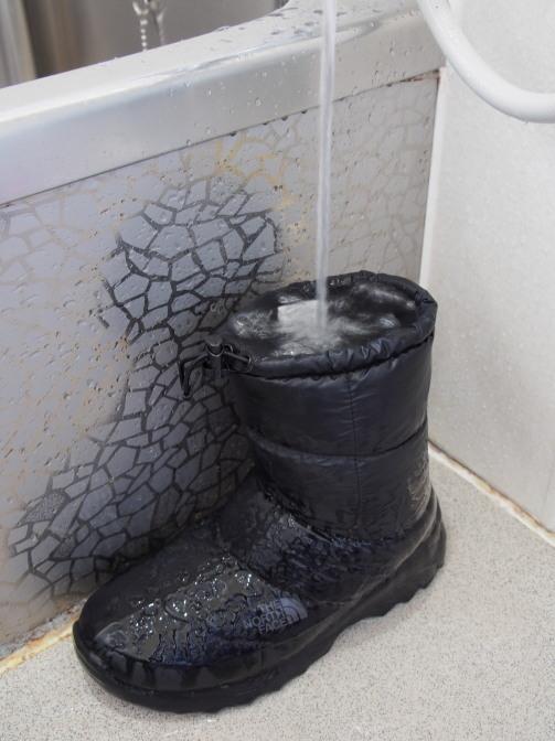水で満たすと長靴のように美しく直立