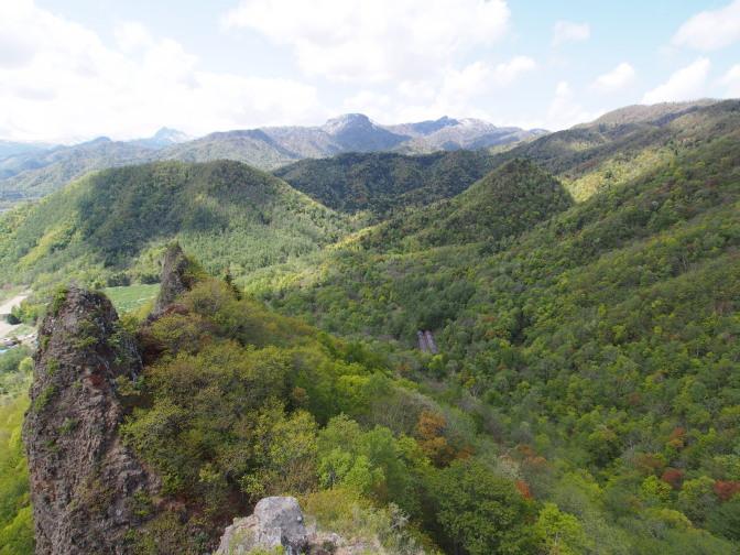 八剣山から望む神威岳