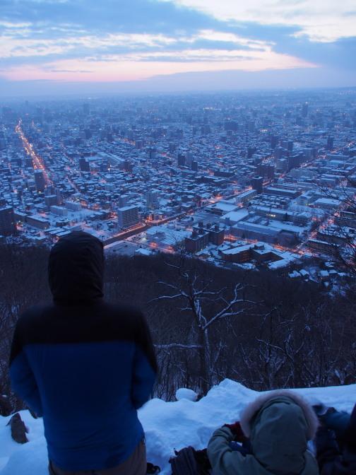 暁の札幌市街を望む