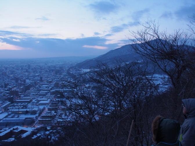 暁の札幌市街と藻岩山