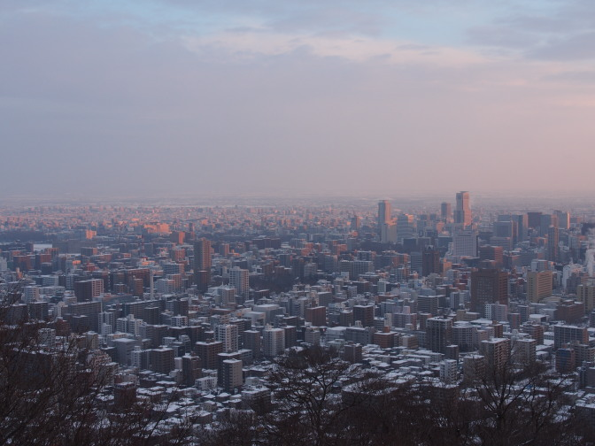 朝日を浴びる札幌のビル群