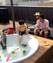 ■祝!掲載=日経新聞に屋上「パパ!プールの水、気持ちいいよ」