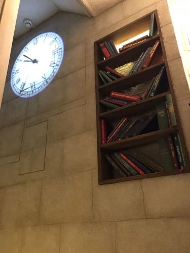 階段には壁にうつる時計と本棚